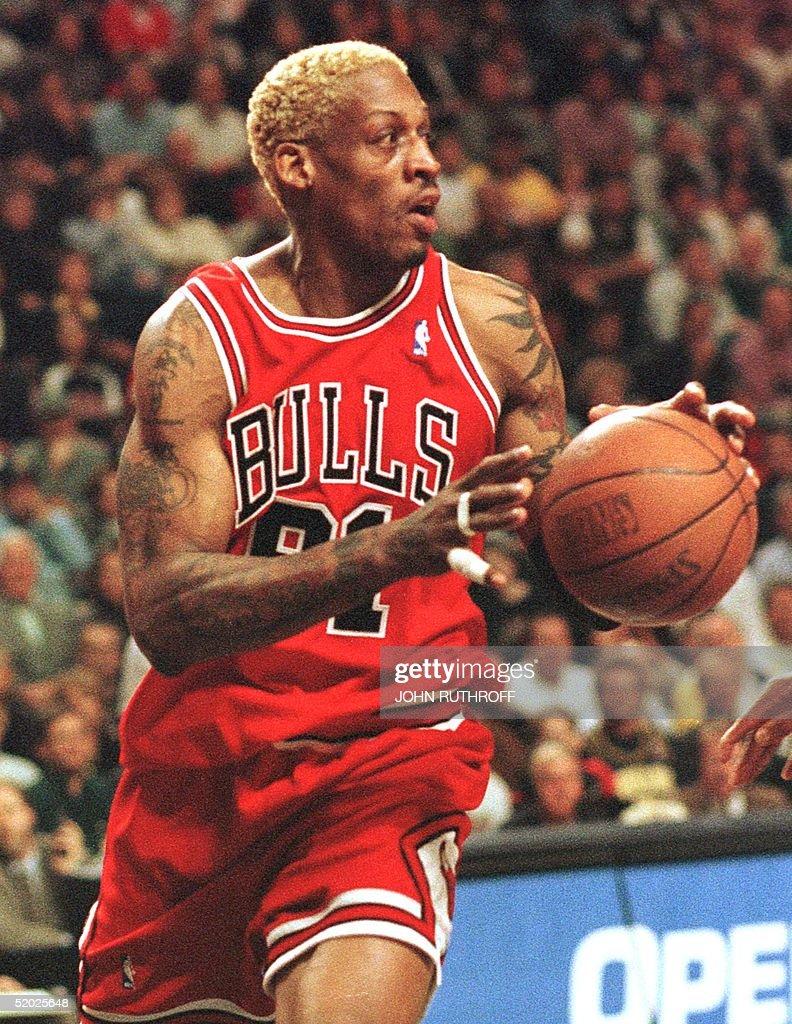 Chicago Bull forward Dennis Rodman starts down cou : News Photo