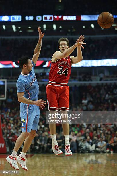 Chicago Bulls forward Mike Dunleavy passes the ball as Los Angeles Clippers guard JJ Redick defends during the first quarter on Sunday March 1 at the...