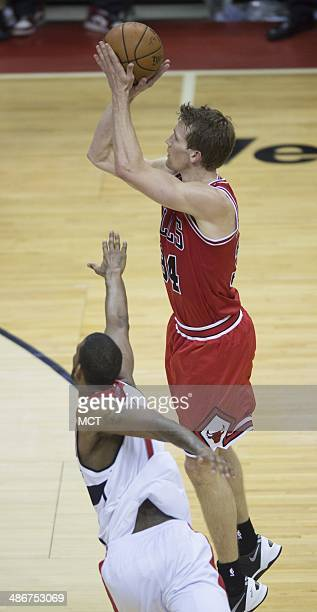 Chicago Bulls forward Mike Dunleavy shoots over Washington Wizards forward Trevor Ariza during the second half of their first round playoff game...