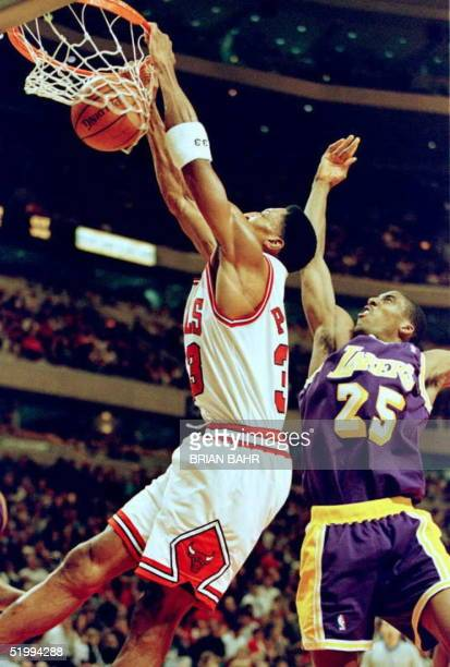 Chicago Bulls forward Scottie Pippen dunks past Los Angeles Lakers guard Eddie Jones 16 December at the United Center in Chicago