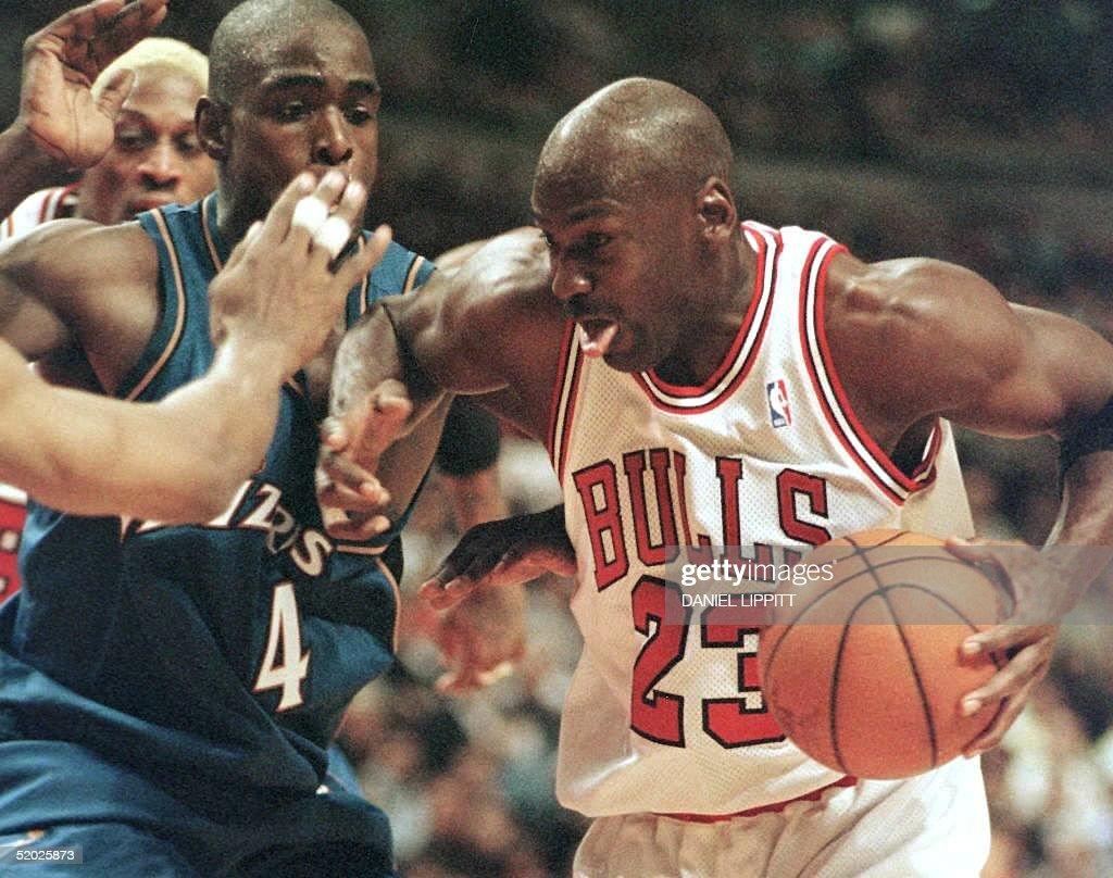 Chicago Bulls guard Michael Jordan(R) drives to th : News Photo