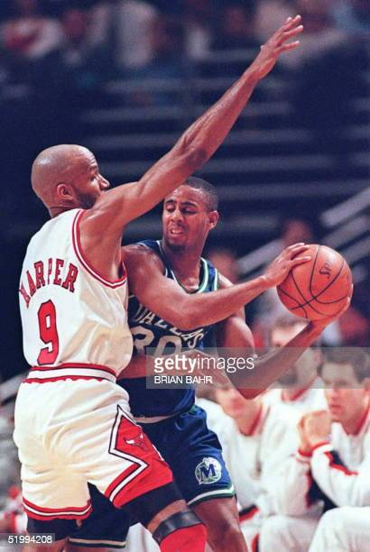 Chicago Bulls guard Ron Harper pressures Dallas Mavericks guard Lucious Harris in the first quarter 19 December at the United Center in Chicago...