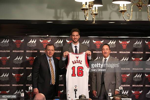 Chicago Bulls head coach Tom Thibodeau and general manager Gar Forman introduce newlysigned free agent Pau Gasol during a press conference at the...
