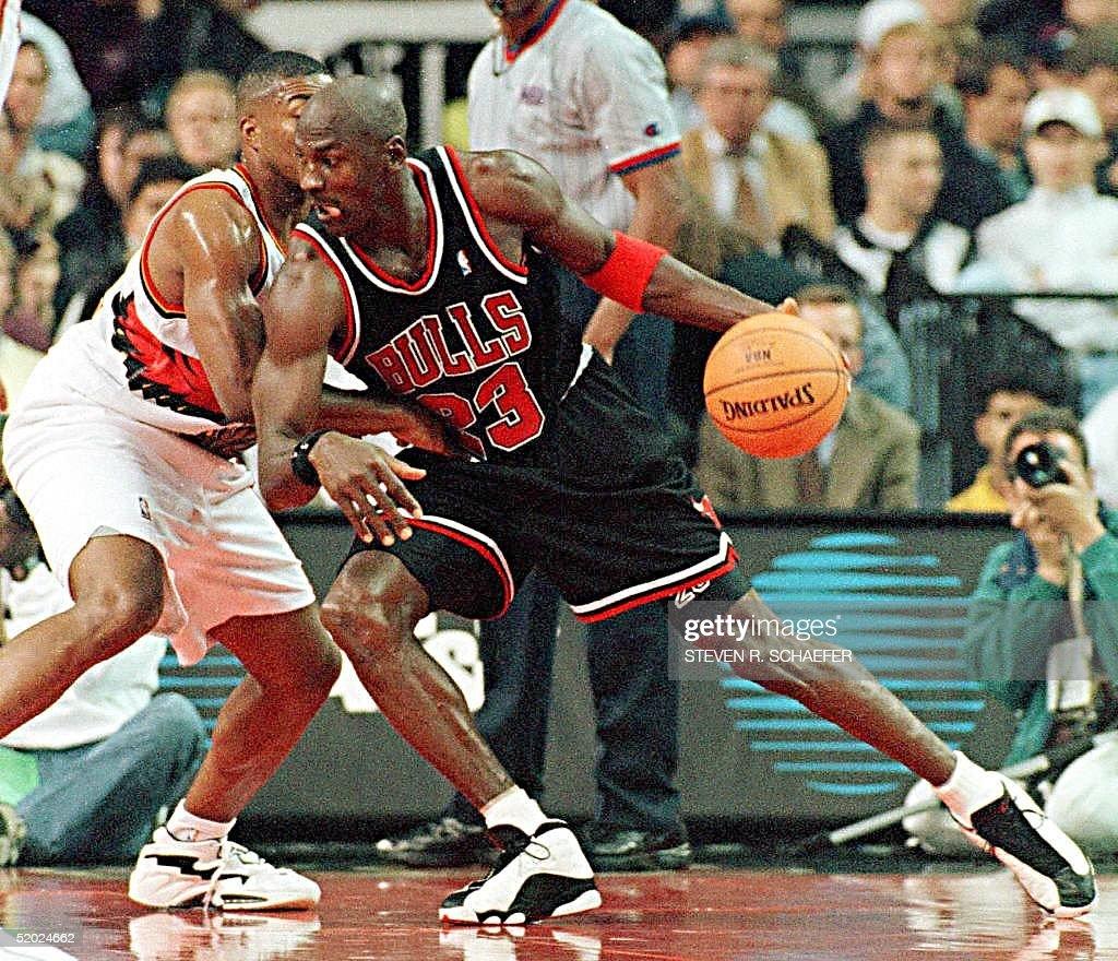 Chicago Bulls Michael Jordan (R) drives to the bas : News Photo