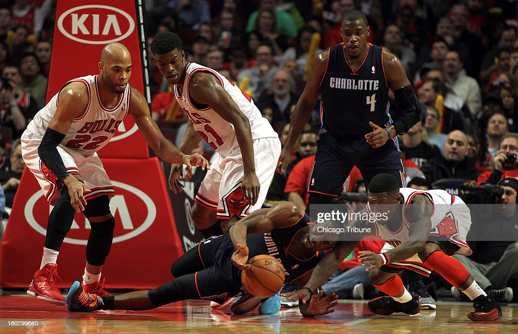Chicago Bulls' Nate Robinson and Charlotte Bobcats' Ben Gordon vie for a loose ball as Taj Gibson, Jimmy Butler and Jeff Adrien (4) look on in 2nd-quarter action at the United Center in Chicago, Illinois on Monday, January 28, 2013.