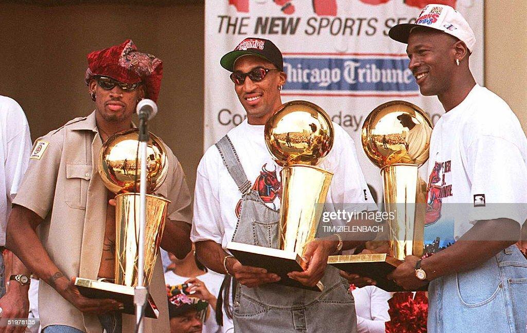 Chicago Bulls players Dennis Rodman (L), Scottie P : News Photo