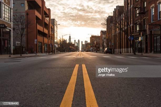 chicago city calles vacías bajo el coronavirus. ciudad bajo llave. - ciudad fotografías e imágenes de stock