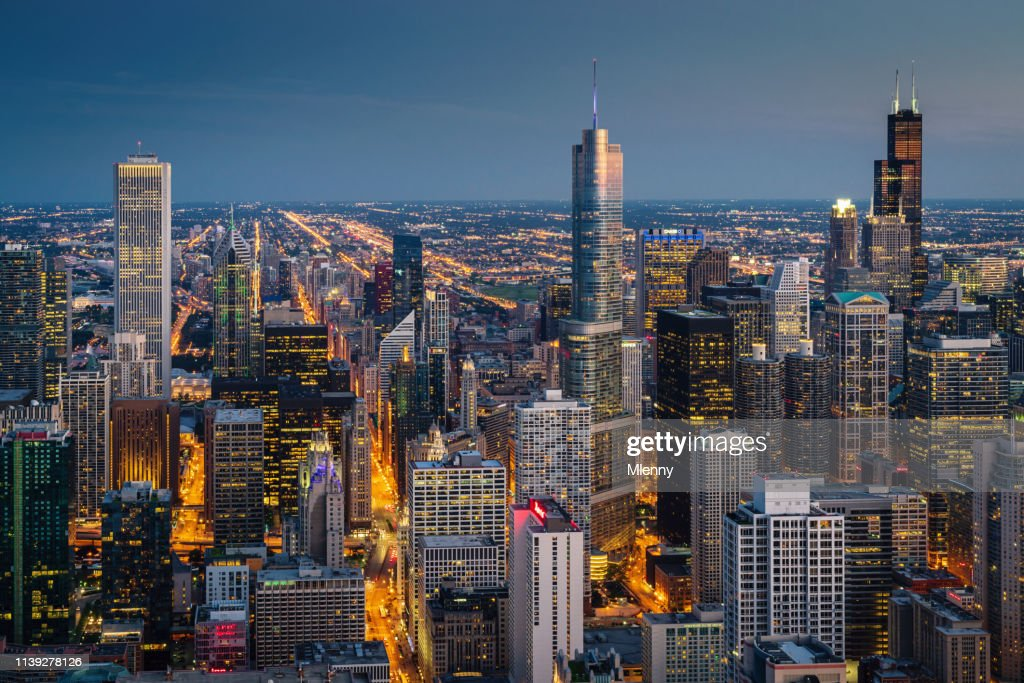 Arquitectura da cidade de Chicago na opinião aérea da noite : Foto de stock