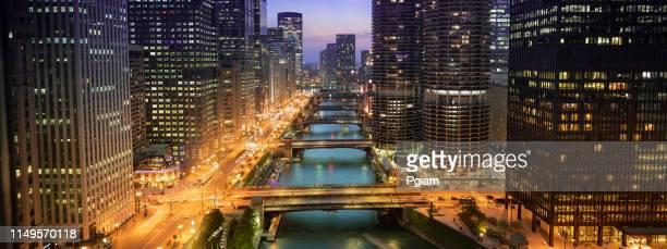 panorama urbano de chicago y puentes sobre el río por la noche - chicago illinois fotografías e imágenes de stock
