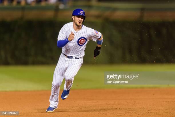 Chicago Cubs third baseman Kris Bryant runs from first to third on a Chicago Cubs second baseman Ian Happ single in the 1st inning during an MLB game...