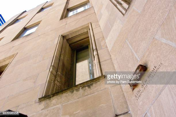 chicago, il - tribune tower facade, piece of lincoln's home - inclinando se - fotografias e filmes do acervo