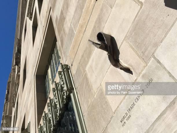 chicago, il - tribune tower facade, piece of world trade center - inclinando se - fotografias e filmes do acervo