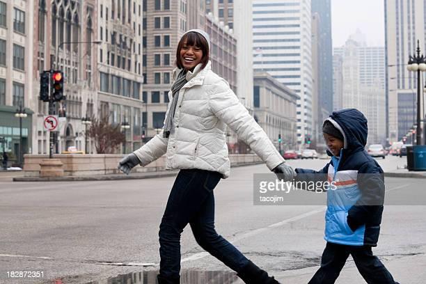 Chicago im Winter-Mutter und Sohn auf Michigan Avenue