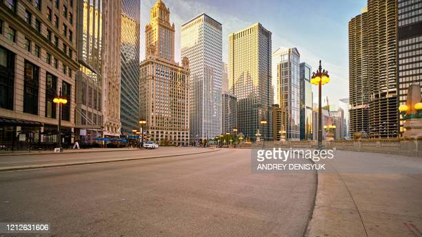 chicago morning street at center. hotel. financial building - centro della città foto e immagini stock