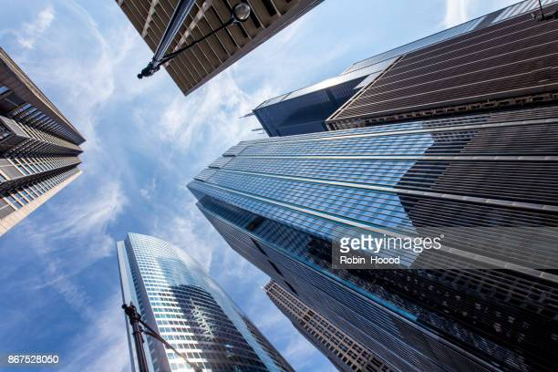 chicago office building from below - grattacielo foto e immagini stock