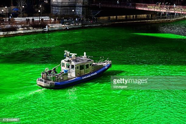 chicago polizei boot auf dem green river, saint patricks-tag - saint patricks tag stock-fotos und bilder