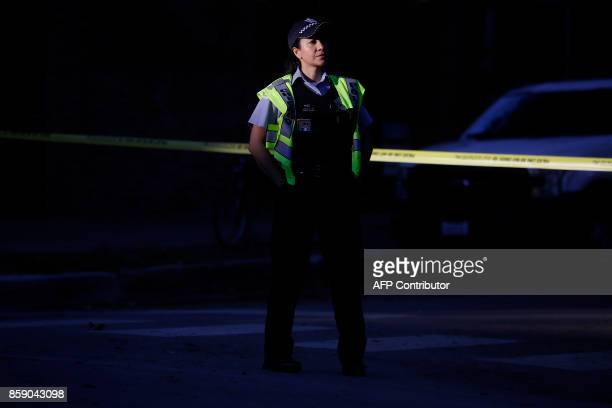A Chicago Police officer stands along the route of the Chicago Marathon on October 8 2017 in Chicago Illinois / AFP PHOTO / Joshua Lott