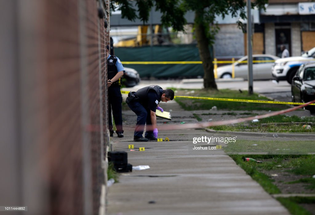 At Least 30 Shot And 2 Killed In Spate Of Overnight Mass Shootings In Chicago : Fotografia de notícias