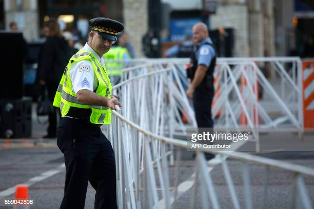 Chicago Police officers stand along the route of the Chicago Marathon on October 8 2017 in Chicago Illinois / AFP PHOTO / Joshua Lott