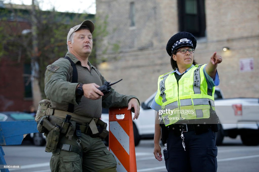 Chicago Police officers stands along the route of the Chicago Marathon on October 8, 2017 in Chicago, Illinois. / AFP PHOTO / Joshua Lott