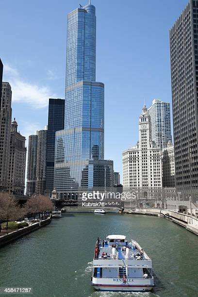 chicago river and tour boat - trump international hotel & tower chicago stock pictures, royalty-free photos & images
