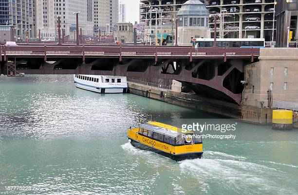 fluss chicago river - schiffstaxi stock-fotos und bilder