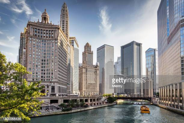 chicago river tourboat cruise downtown chicago skyscrapers - mlenny stock pictures, royalty-free photos & images