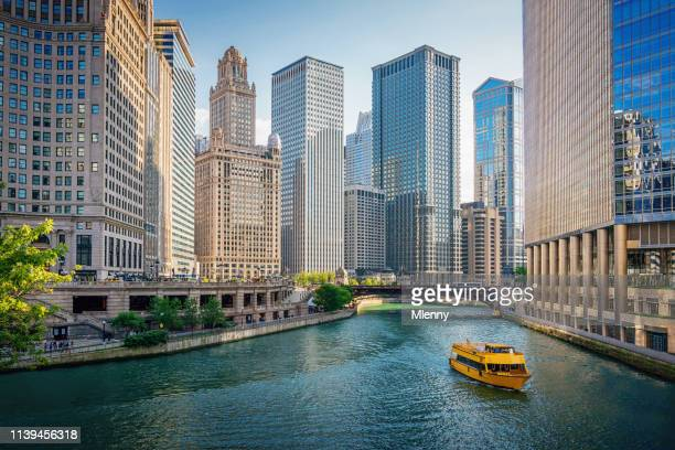 chicago river tourboat downtown chicago skyscrapers - orizzonte urbano foto e immagini stock