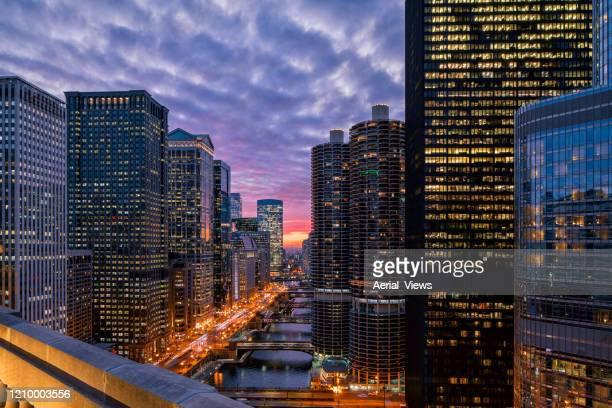 chicago riverwalk bij zonsondergang - stadsbeeld stockfoto's en -beelden