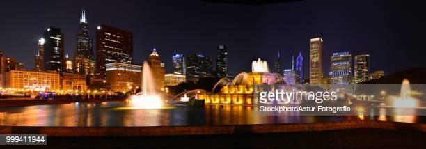 Chicago skyline and Buckingham Fountain at night.