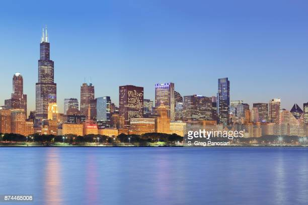 chicago skyline at night - chicago stock pictures, royalty-free photos & images