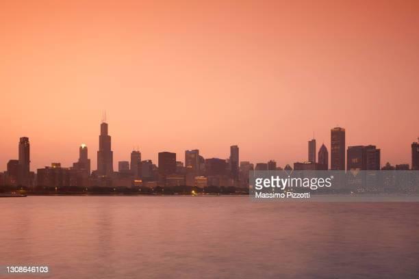 chicago skyline at sunset - massimo pizzotti foto e immagini stock