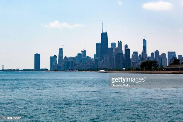 chicago skyline over lake michigan at diversey avenue - süßwasser stock-fotos und bilder