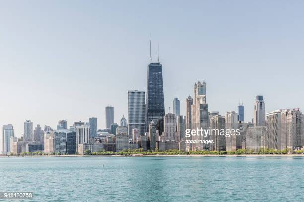 chicago skyline with lake michigan against clear sky,illinois - chicago illinois fotografías e imágenes de stock