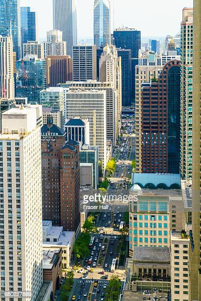 chicago skyscrapers on north michigan avenue - chicago illinois foto e immagini stock