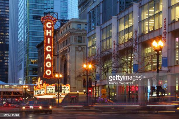 chicago theater at dusk - rainer grosskopf stock pictures, royalty-free photos & images