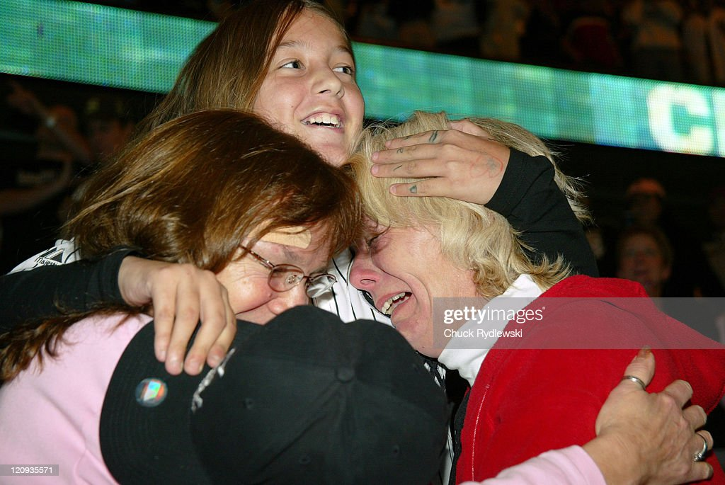 Chicago White Sox Fans Watch Game 4 at the United Center - October 26, 2005 : News Photo