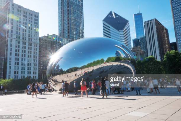 chicago,il,us-jul 18,2018:the cloud gate (aka the bean), a stainless sculpture by anish kapoor in chicago's millennium park. a popular landmark, it was completed in 2004. - jul photos et images de collection