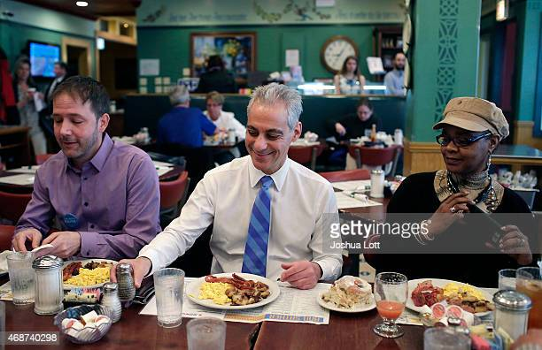Chicago's mayor and candidate for reelection Rahm Emanuel center eats breakfast at Ann Sather's with his campaign workers April 6 2015 in Chicago...