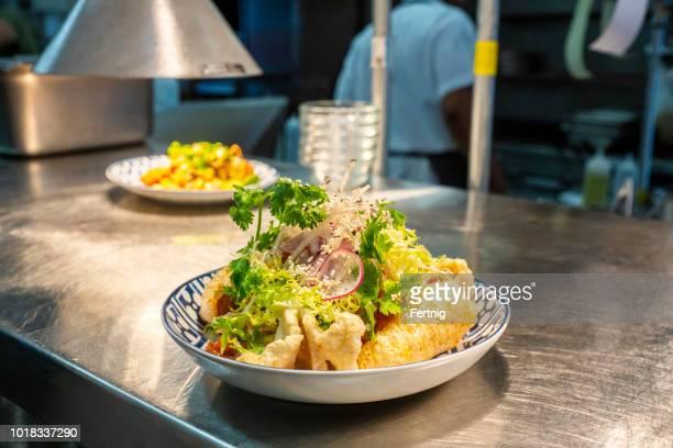 chicharrones, o plato de corteza de cerdo en un restaurante mexicano - chicharrones fotografías e imágenes de stock