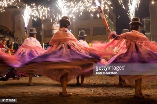 chicholitas dancing, copacabana, bolivia - fiesta de la virgen de la candelaria fotografías e imágenes de stock
