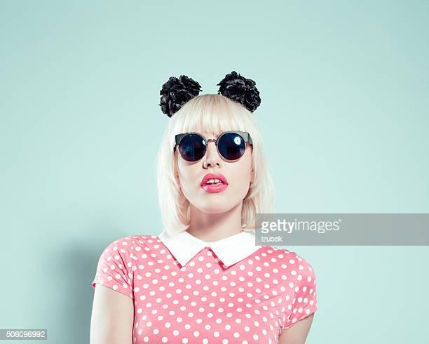 Chick loura engraçada Jovem mulher usando uma fita de cabeça e óculos de sol