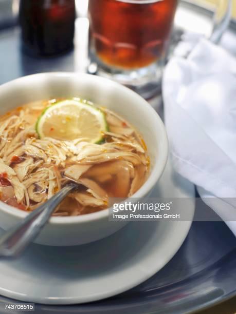 chicken and lemon broth - caldo pollo fotografías e imágenes de stock