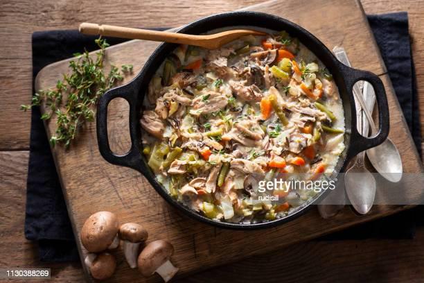 チキンとワイルド ライス スープ - ダッチオーブン ストックフォトと画像