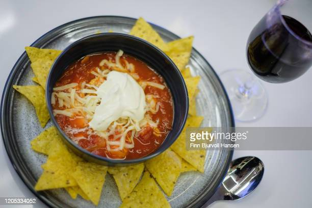 chicken chili soup with nachos and cheese - finn bjurvoll - fotografias e filmes do acervo