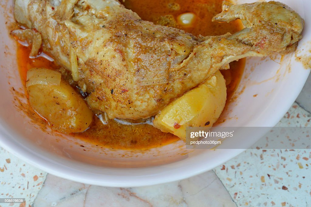 chicken curry with potato in bowl : Bildbanksbilder