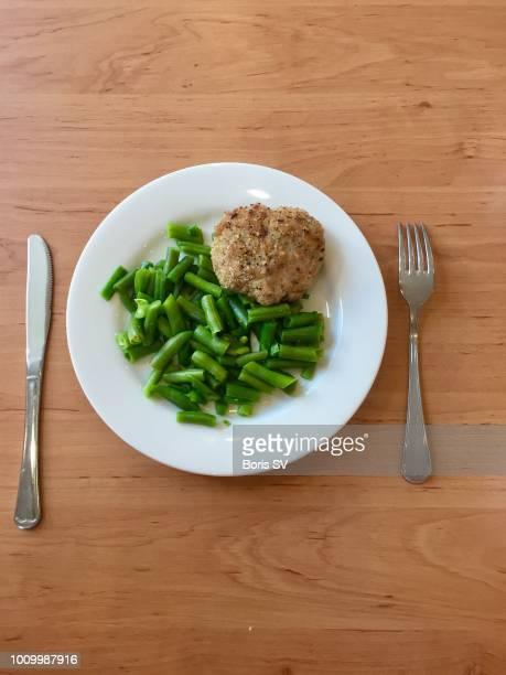 chicken cutlet with green beans - côtelette photos et images de collection