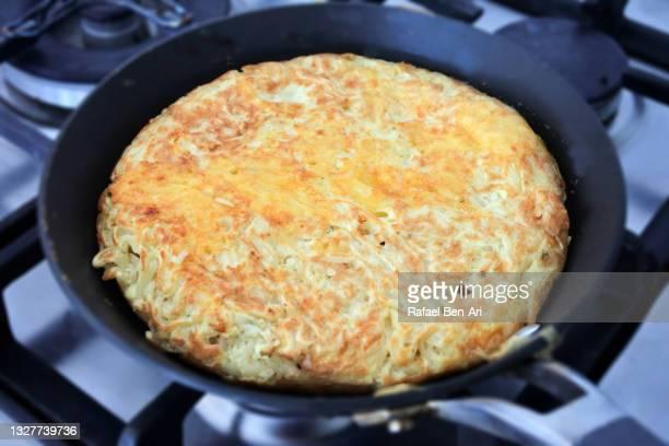 chicken noodle omelet in a frying pan - rafael ben ari stock-fotos und bilder