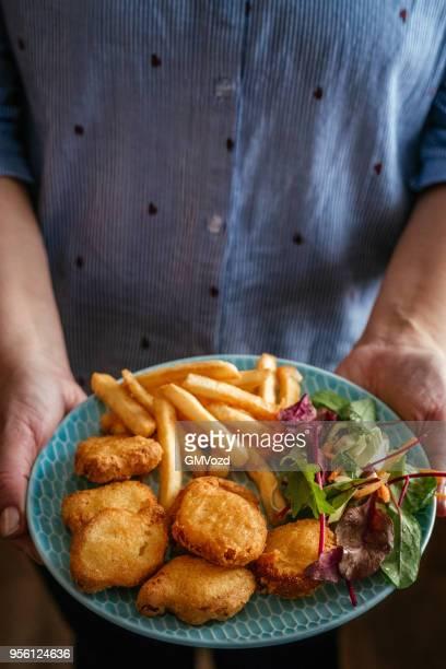 Kipnuggets met frites en salade