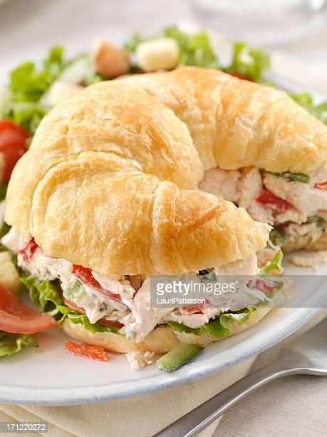 Hähnchen-Salat-Sandwich auf ein Croissant